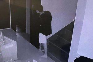 Camera ghi lại hình ảnh nam thanh niên bắc thang trèo qua lan can nhà bên trộm tài sản