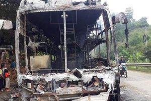 Kon Tum: Cháy rụi xe khách trên đèo Lò Xo