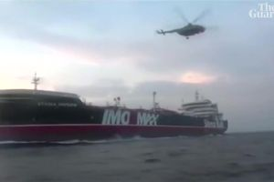 Cận cảnh trực thăng, tàu cao tốc Iran vây bắt tàu Anh như phim hành động