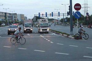 Xe đạp thể thao lao bạt mạng vào làn ô tô