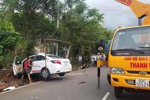 Xe taxi tông hai người tử vong