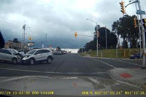 Vượt đèn đỏ, hai ôtô đâm nát đầu nhau ở Canada