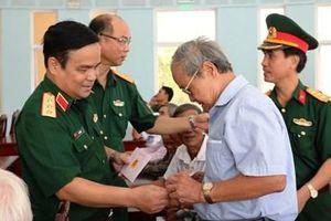 Thượng tướng Lê Chiêm viếng nghĩa trang liệt sĩ, thăm các gia đình chính sách ở Quảng Trị