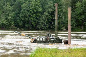 Nặng 42-46 tấn, 'xe tăng bay' T-80 Nga vượt sông thế nào?