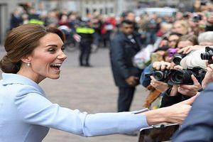 Vì sao fan không được chụp ảnh 'tự sướng' với Công nương Kate?