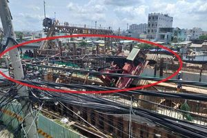 TP. HCM: Cần cẩu 25m dự án chống ngập 10.000 tỷ bất ngờ đổ sập vào nhà dân
