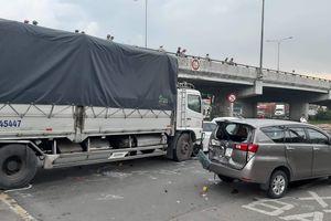 Hoảng hồn xe tải tông liên hoàn 2 ô tô