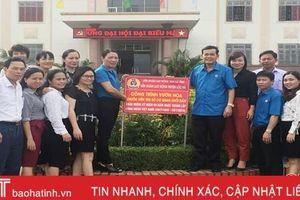 Gắn biển nhiều công trình chào mừng 90 năm Công đoàn Việt Nam