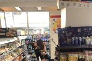 Cặp đôi vô tư ôm hôn, sờ soạng nhau như chốn không người trong cửa hàng