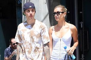 Justin Bieber ngọt ngào nắm tay vợ trẻ đi ăn trưa trước thềm đám cưới