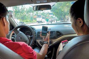 Thủ tướng yêu cầu nghiên cứu bỏ quy định buộc gắn hộp đèn trên nóc xe công nghệ