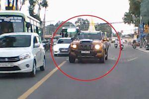 Lấn làn ngược chiều, tài xế bán tải ép người đi đúng phải tránh đường