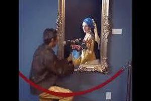 Sự thật thú vị sau bức tranh trong phòng triển lãm