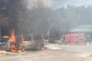 Đồng Nai: Dừng xe để khách đi vệ sinh, xe 16 chỗ bất ngờ cháy rụi
