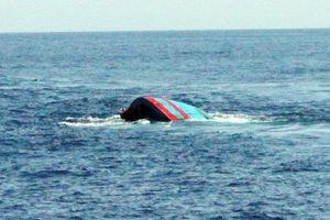 Chìm tàu cá ngoài biển Thanh Hóa, bốn người thoát chết
