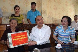 Thủ tướng Nguyễn Xuân Phúc thăm, tặng quà các gia đình chính sách tỉnh Yên Bái