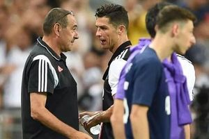 Cristiano Ronaldo nổi cáu với Maurizio Sarri sau khi bị rút khỏi sân