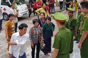 Bị hại gây 'náo loạn' trước sân tòa ở Sóc Trăng