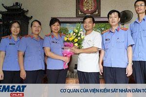 Viện KSND huyện Bình Giang: Thăm hỏi và tặng quà cán bộ hưu trí nhân dịp 59 năm ngày thành lập ngành Kiểm sát nhân dân