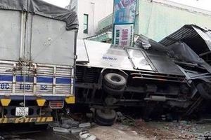 Hai xe tải va chạm tông sập quán cà phê bên đường