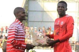 Cầu thủ được tặng gà sau khi giành giải hay nhất trận