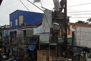 An Giang: Mưa lớn kèm theo giông lóc làm 1 người chết, hàng trăm căn nhà bị sập