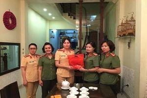 Hội phụ nữ CATP Hà Nội: Thăm hỏi các hội viên là thân nhân gia đình liệt sỹ
