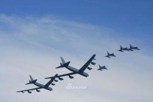 B-52 bay lượn ở triển lãm hàng không Colombia, Venezuela có lo lắng?
