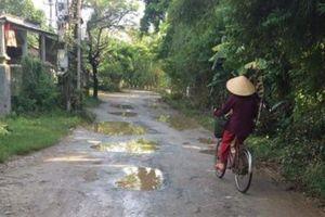 Thừa Thiên - Huế: Xe chở cát sỏi phá nát đường dân sinh