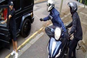 Khoảnh khắc cầu thủ Arsenal bị kẻ lạ mặt cầm dao đe dọa