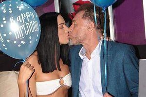 Tài tử Anh tổ chức tiệc cầu hôn với bạn gái kém 40 tuổi