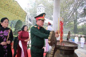 Thượng tướng Trần Đơn dâng hương tại Nghĩa trang liệt sĩ Tân Biên