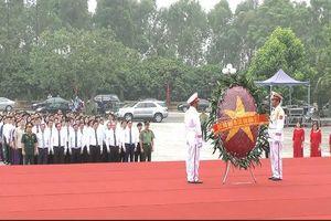 Đoàn đại biểu tỉnh Phú Thọ dâng hương tri ân các anh hùng liệt sĩ