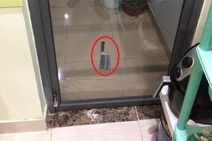 Kinh hoàng dao rơi vào ban công chung cư tầng 8 vỡ cửa kính... không người nào nhận lỗi