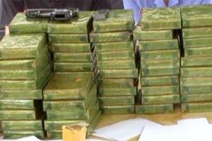 Bị bắt khi đi giao 24 bánh heroin và hàng nghìn viên ma túy tại bến xe
