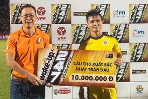 Quang Hải được vinh danh sau trận đấu với TPHCM