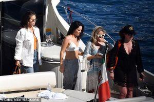 Selena ăn vận sành điệu dạo chơi trên thuyền cùng bạn trai tin đồn