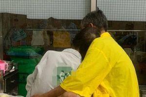 Hình ảnh đôi vợ chồng già trên giường bệnh khiến nhiều người chứng kiến xúc động