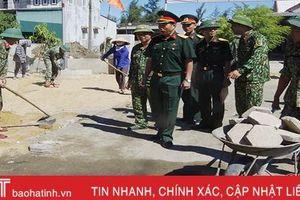 Hành quân dã ngoại làm công tác dân vận, giúp dân xây dựng NTM ở Hà Tĩnh