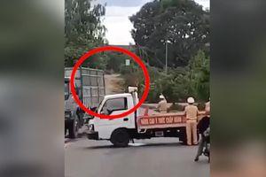 Clip: Hãi hùng xe khách đâm thẳng vào xe chuyên dụng, một CSGT văng xa chục mét