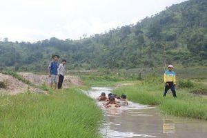 Ngăn suối dạy bơi cho trẻ em dưới chân núi Chư Đăng Ya