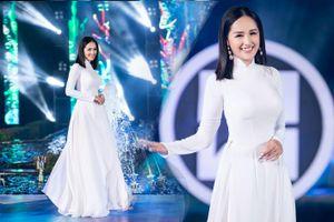 Mai Phương Thúy cắt tóc, diện áo dài trắng nổi bật bên dàn thí sinh hoa hậu