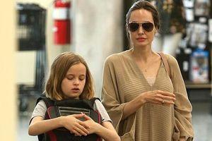 Angelina Jolie gợi cảm với đầm suông, rạng rỡ ra phố cùng con gái cưng