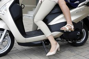 Đi xe máy quên gạt chân chống bị phạt bao nhiêu tiền?