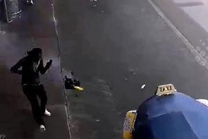 Video pin dự phòng phát nổ trong balo du khách ở sân bay Thái Lan