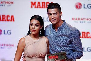 Ronaldo tình tứ ôm bạn gái xinh đẹp khi nhận giải thưởng MARCA cao quý