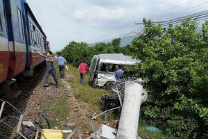 Tàu hỏa vò nát ô tô 16 chỗ làm 3 người chết