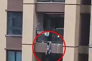 Cảnh tượng đứng tim khi bé trai 3 tuổi rơi từ lầu 6 chung cư