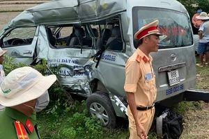 Bình Thuận: Tàu hỏa tông xe 16 chỗ, 3 người tử vong