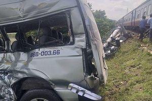 Tàu hỏa tông bẹp ô tô 16 chỗ, 3 người tử vong